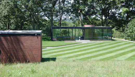 The functions housed in the solid volume in the foreground enables the transparency of the Glass House.